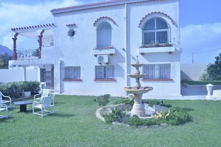 coquette villa pied dans l'eau prés de Tunis