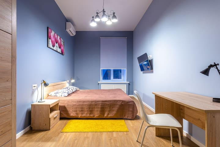 Вторая спальня, просторная комната с кондиционером и телевизором, окна во дворик. Рабочий стол. Платяной шкаф для ваших вещей.
