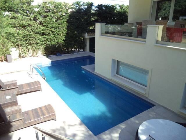 Lyxig Villa med Pool Norra Athen