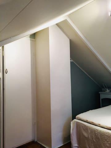 Skråtak på loftet. Bratt trapp opp til loft. Second floor, master bedroom.