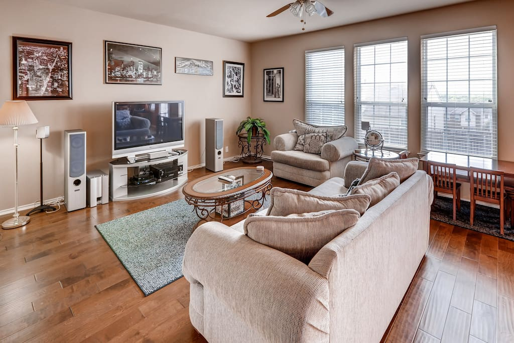 Plenty of comfortable seating for everyone in the living room!