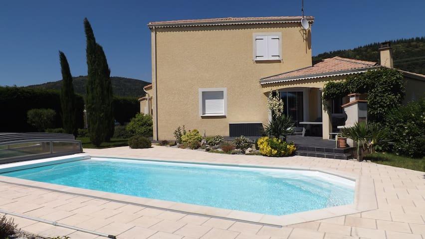 Chambre avec terrasse privative et piscine