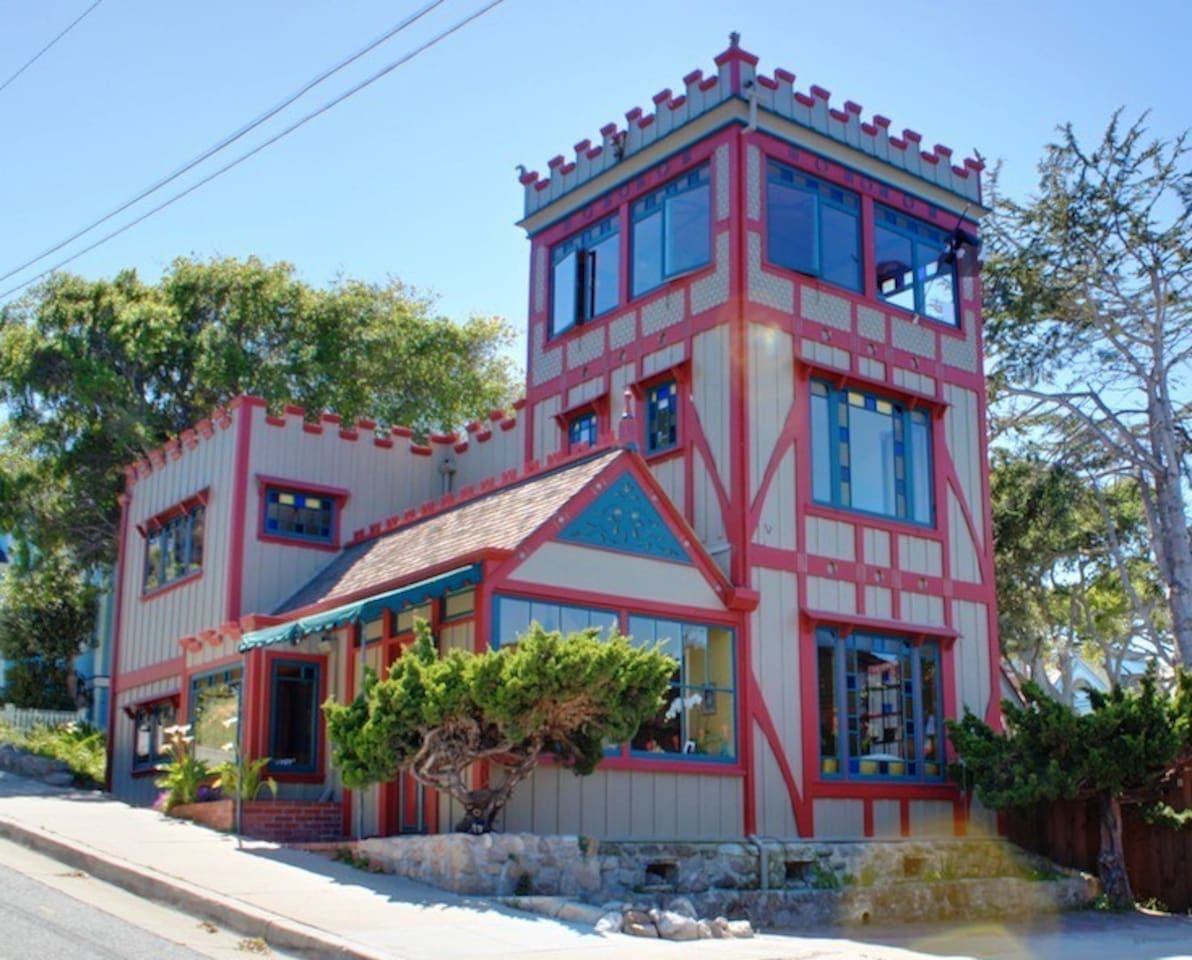 """Welcome to """"Captain's Castle""""! Almost Oceanfront. Stunning Panoramic Ocean Views. Beautifully Restored Historic Home. Pet Friendly!"""