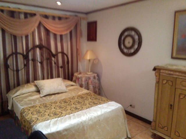 Habitación cómoda bien equipada - San Isidro - Casa