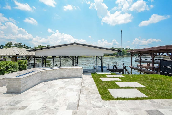 Luxury Lakefront Home w/ Overhanging Deck + Kayaks