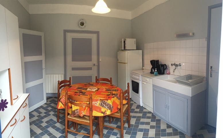 Independant flat (1st floor) - Lussac-les-Églises - Apartment