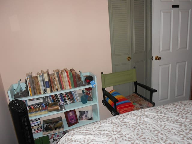 Pink  bedroom with Street view, all amenities - Greenbelt - House