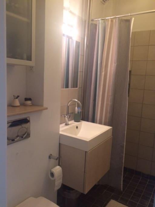 Small bathroom incl. shower