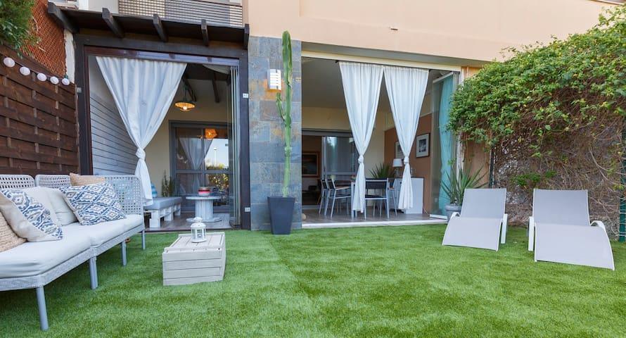 """OASIS DEL TOYO"",jardín,netflix,parking, WIFI, A/A"