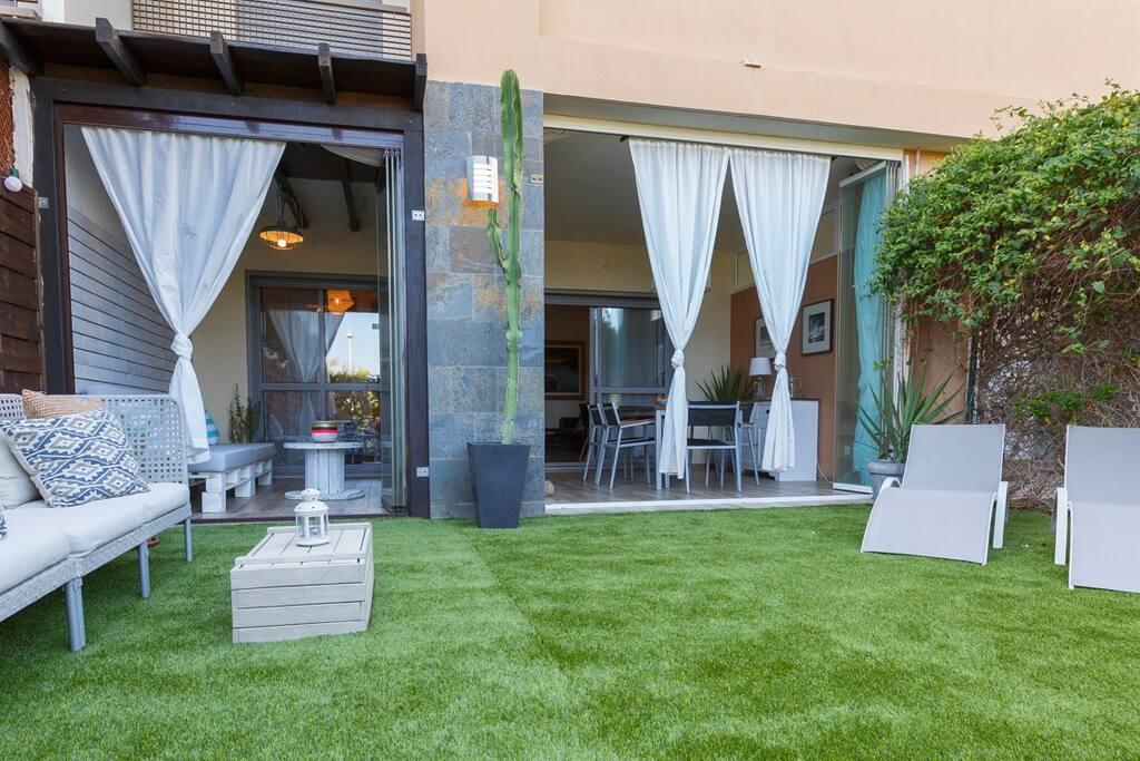 Aire libre o interior , tu puedes elegir. Perfecta para tomar el sol por la mañana o cenar por la noche. Terraza ideal todos los dias del año