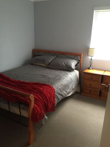 Queen bed in 3 bedroom townhouse - Darlington