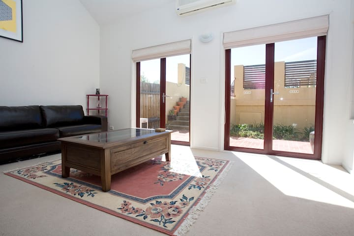 Master bedroom and ensuite in inner city townhouse - Ainslie - Complexo de Casas