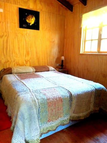 Dormitorio matrimonial, cama de dos plaza, con cubrecama con lana de oveja, hecho a mano en telar