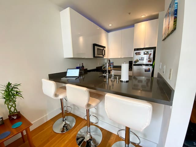 Contemporary Nob Hill Apartment, walk anywhere!