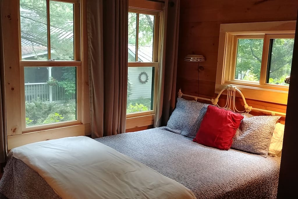 Second sleeping area with queen bed