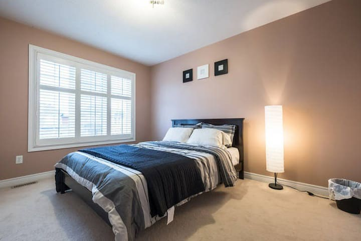 Beautiful Private Room - Brampton