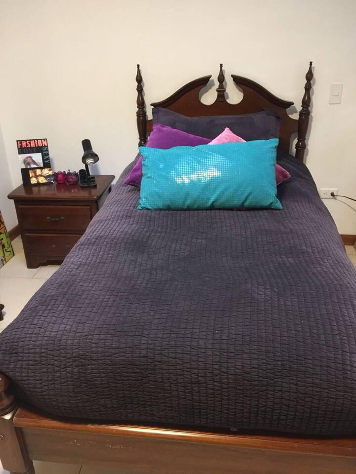 Cerca UDLA,confortable habitación en casa familiar