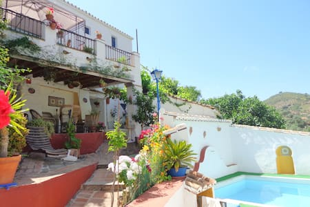 Villa with nice views and own pool - Comares