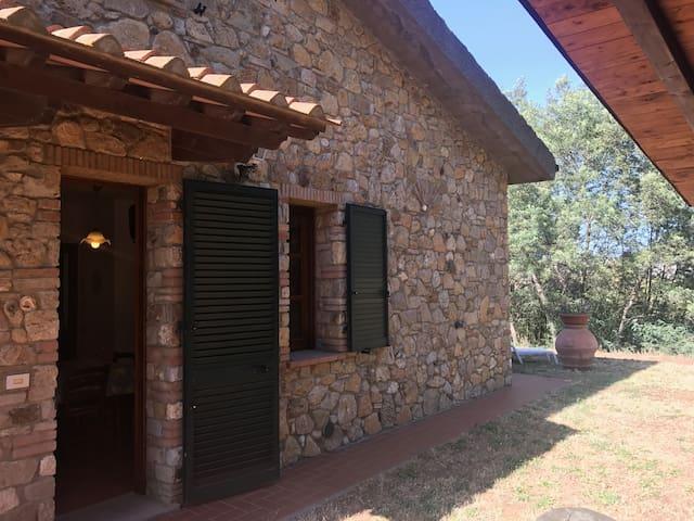 Casa di pietra in campagna Toscana vista mare