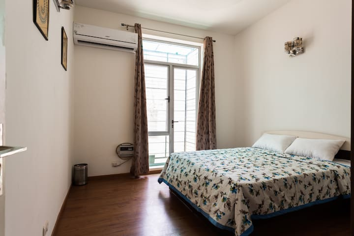 Private Room with Breakfast - Gurgaon