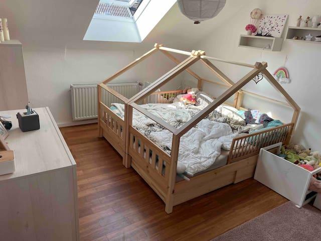 Kinderzimmer mit zwei Betten 90x2 m Beide Betten können auch auseinander geschoben werden.Das Zimmer befindet sich direkt neben dem Elternzimmer auf einer Etage