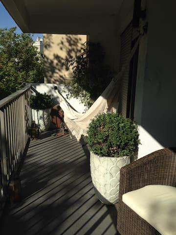 Amplia terraza a la cual dan el segundo dormitorio (Sala de Tv) y el living comedor