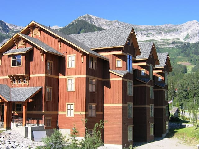 On-mountain condo with kitchen, outdoor pool, hot tubs & BBQ access, 5min walk to ski lifts: T540 - Timberline Lodges - 540 Balsam