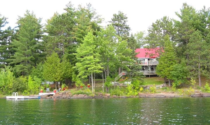 Carpe Diem Cottage on beautiful Roddick Lake