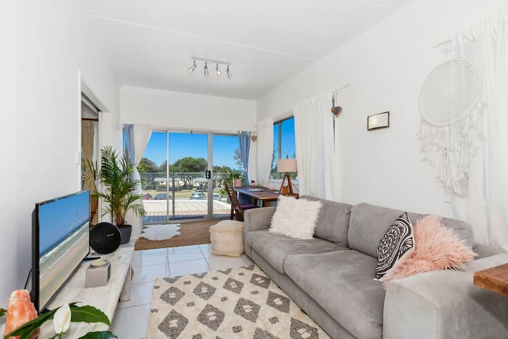 Beachfront apartment in the heart of town!!
