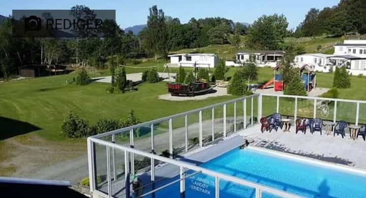 Hus med sesongåpent basseng på Randøy i Hjelmeland