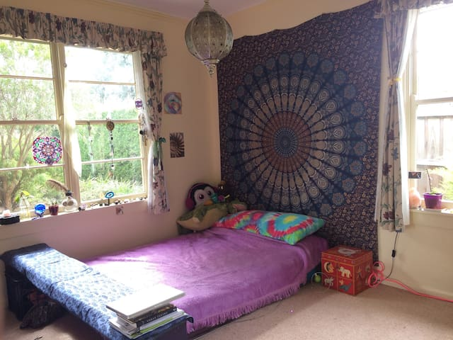 Large sunfilled room in Sharehouse - Bellfield - Hus