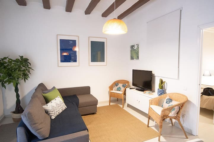 2 bdrs apartment with balcony in central Gracia.