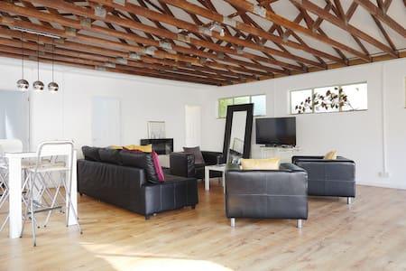 Beautiful Fitted, Light, Open Plan Garden Cottage