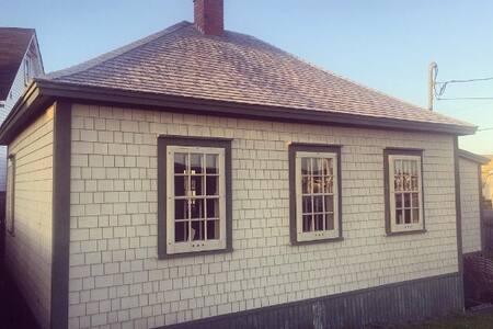 Mockbeggar Cottage- Oceanside Home