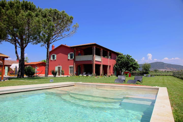 Agriturismo with swimming pool, large garden, wifi, near the sea