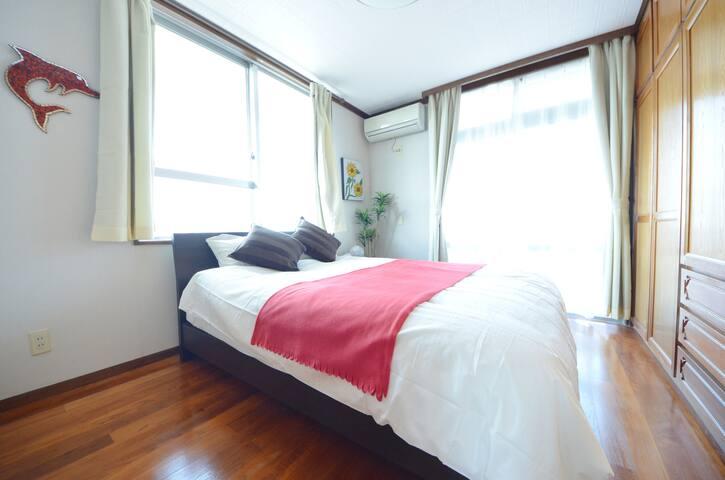 大きなダブルベッドのある寝室。 Double bed bedroom 큰 더블침대가 있는 침실