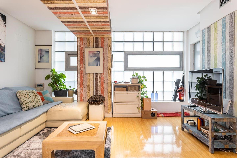 Salón, cómodo sofá cama para dos, televisión y Apple TV, con barra de sonido