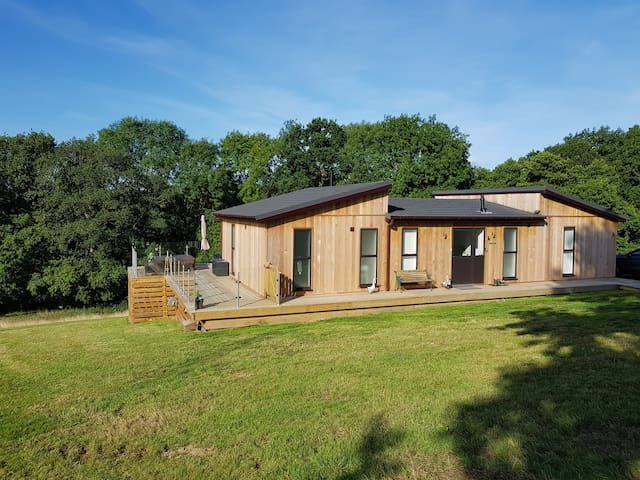 Lime Lodge, Shropshire WV16 6PF. Has Hottub.