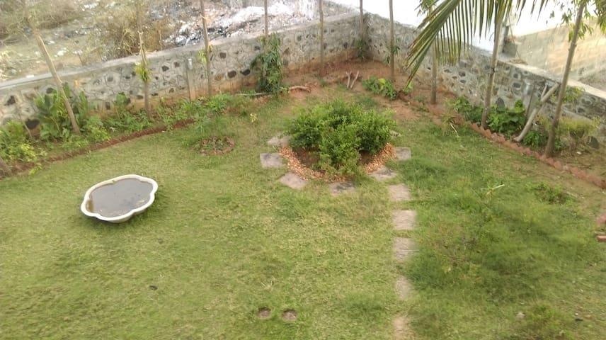 Independent beach side garden-view room on ECR - Kanathur