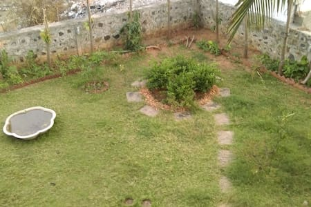 Independent beach side garden-view room on ECR - Kanathur - บังกะโล