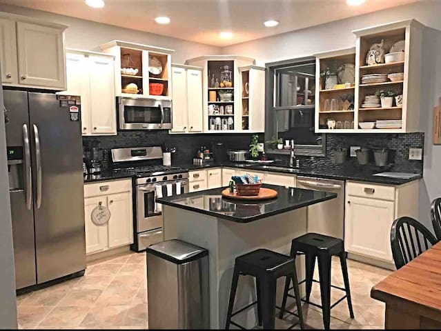 You Will ❤️ This Private Great Room & Kitchen~5⭐️