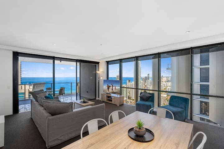 Circle on Cavill – 2 Bedroom Ocean—We Accommodate