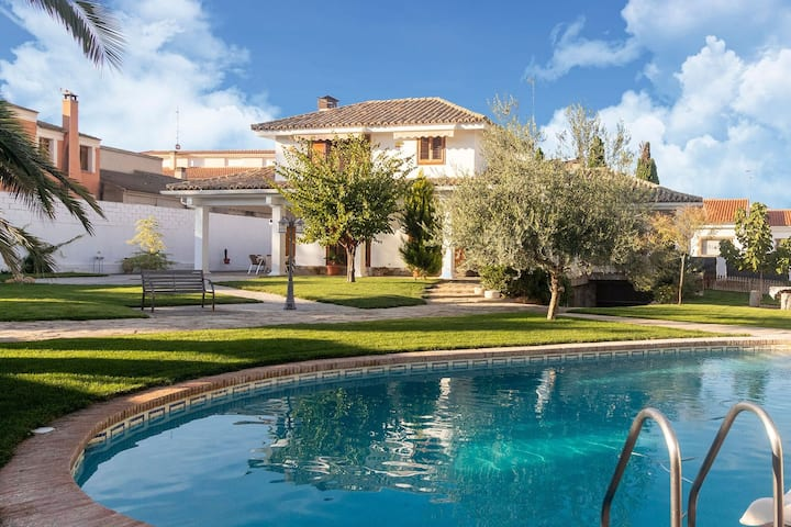 Fascinating Holiday Home in Villacañas with Swimming Pool