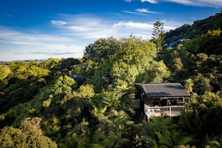 Tui & Nikau Mangawhai - Charming 1 bedroom cabin