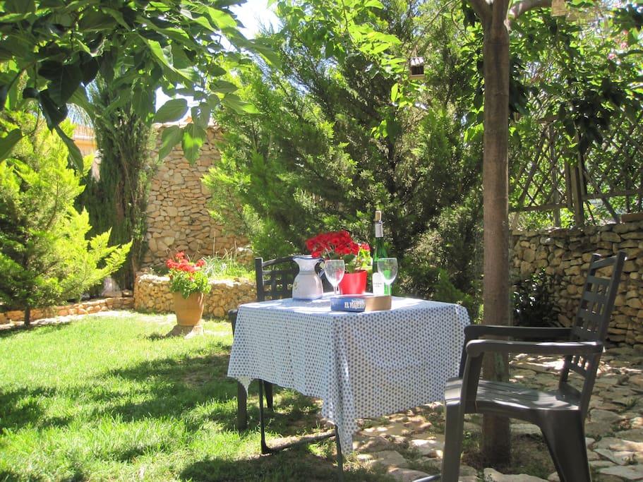 Un relax en el jardín a la puerta del apartamento