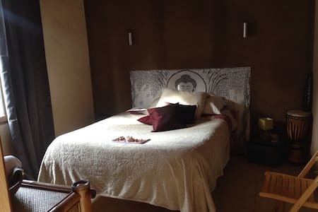 Bed and breakfast dans maison en bois atypique - La Cabanasse - Bed & Breakfast