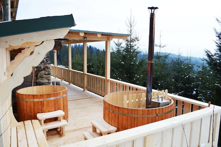 Бочки офуро на терассе дома, для купания в горячей и холодной воде, бочка справа нагревается до 40-50 градусов, та что слева с холодной водой для контрастных ванн.