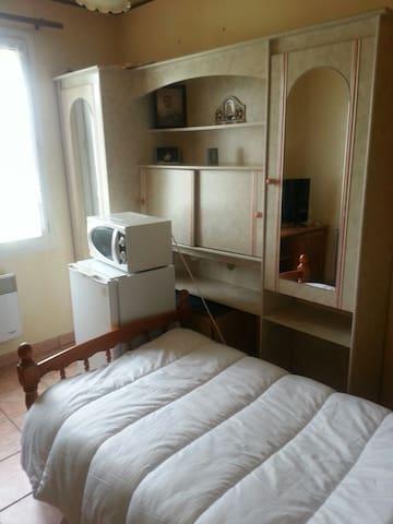 Chambre claire et soft meublee et equipee - Trouy - Apartemen