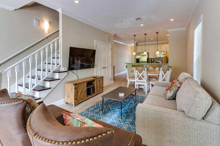 Sunny & bright townhouse w/furnished deck & shared pool