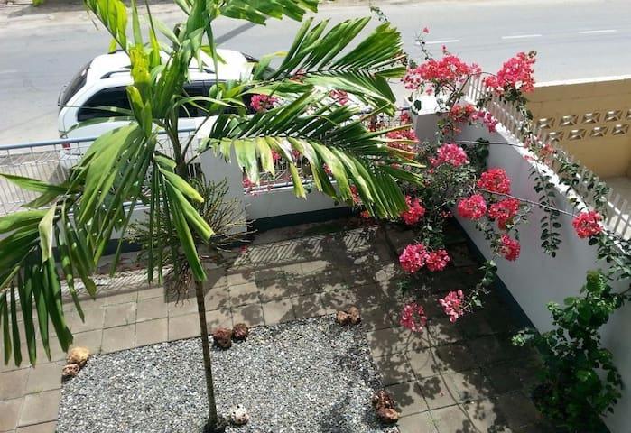 Vrijstaande woning, tuin & privéparking in centrum
